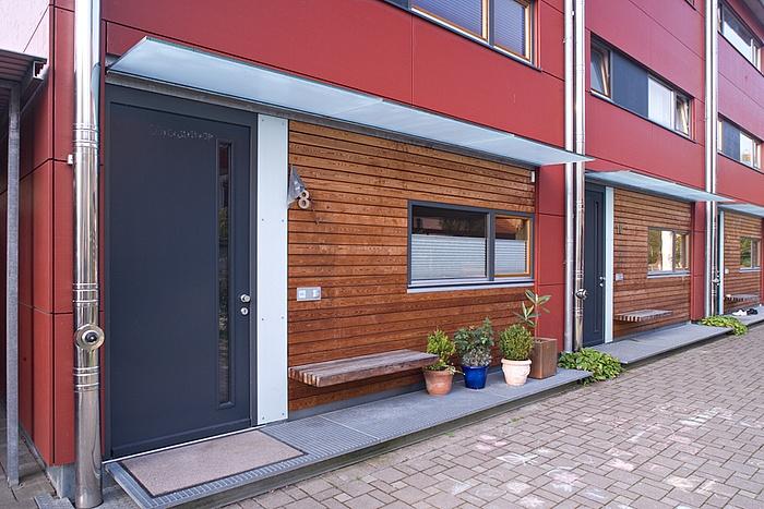 Reihenhaus Ebinger   Lärchenholz-Fassade in Verbindung mit roten Fassaden-Elementen http://www.holzbau-lorenz.de