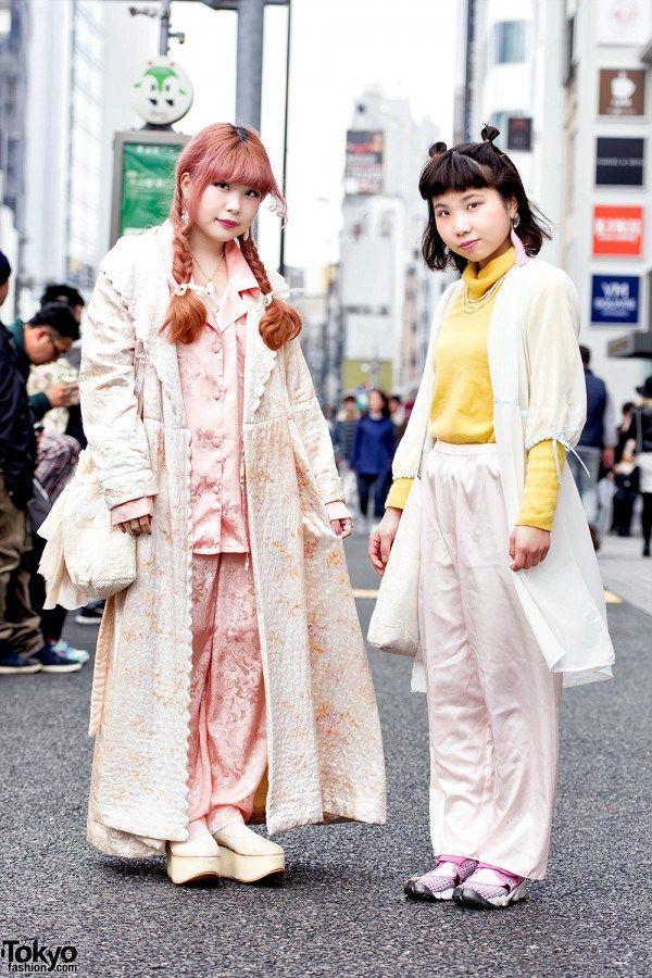 VINTAGE HARAJUKU STREET STYLES DENGAN PRIERE, FUNKTIQUE & TOKYO BOPPER | ARTFORIA.COM  Berita Fashion Jepang – Yukarin dan Reina adalah dua gadis pecinta vintage yang kami temui di jalan di Harajuku. Yukarin memiliki merek fashion antik yang terinspirasi dari boneka antik, Priere.  Yukarin – di sebelah kiri dengan rambut merah muda – mengenakan jubah berlapis panjang dari Gilet dengan celana pajama yang serasi dan set celana dari sepatu balet platform Funktique Harajuku dan Tokyo Bopper…