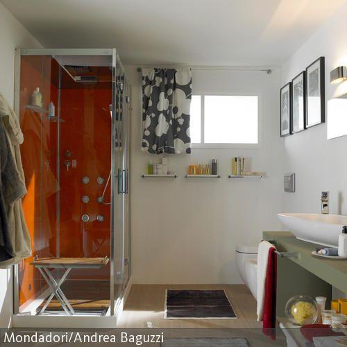 Für einen farbigen Blickfang sorgt in diesem Badezimmer die Duschkabine. Ein zusätzliches Highlight der orangefarbenen Duschkabine ist der Bodenbelag in  …