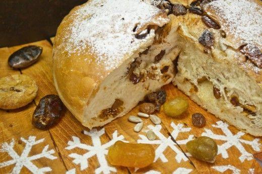 Сладкий хлеб на Рождество с кумкватом и инжиром  Традиционные рождественские сладости – сладкий хлеб на Рождество в Италии называют панеттоне, от слова panetto, что означает «маленький хлебный пирог», а суффикс «one» превращает маленький пирог в большой. По своему составу сладкий хлеб похож на пасхальный кулич, но в нём больше сухофруктов и меньше сдобы.