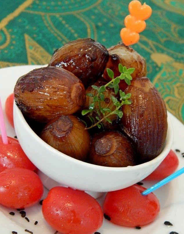 Ingredientes 500 g de cebolas bem pequenas 2 colheres (sopa) de azeite de oliva 2 colheres (sopa) de molho de soja (shoyu) 2 colheres (sopa) de aceto balsâmico 1/2 colher (sopa) de açúcar mascavo 1 xí