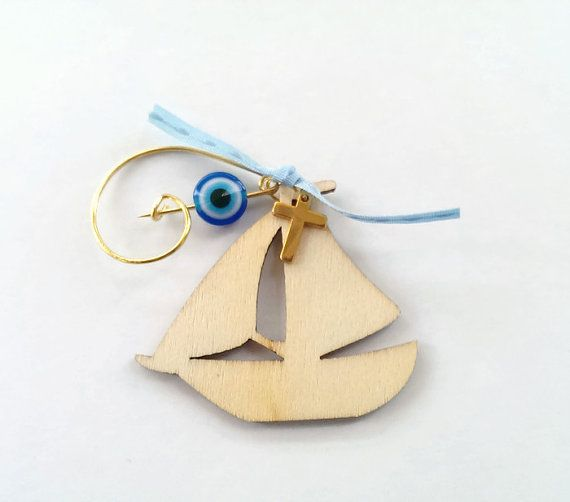Witness pin with wooden sailing boat.
