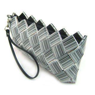 Borse di.. Carta!  http://idesignme.eu/2012/01/studio-v/  #bags #design #fashion #trends #comics #black #white #B #news# #paper #barcode