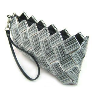 Borse di.. Carta!  http://idesignme.eu/2012/01/studio-v/  #bags #design #fashion #trends #comics #black #white #B #news# #paper #barcode