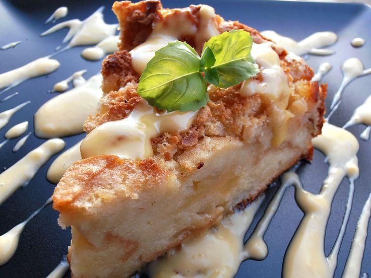 CAIETUL CU RETETE: Budinca de paine cu mere si sos de vanilie