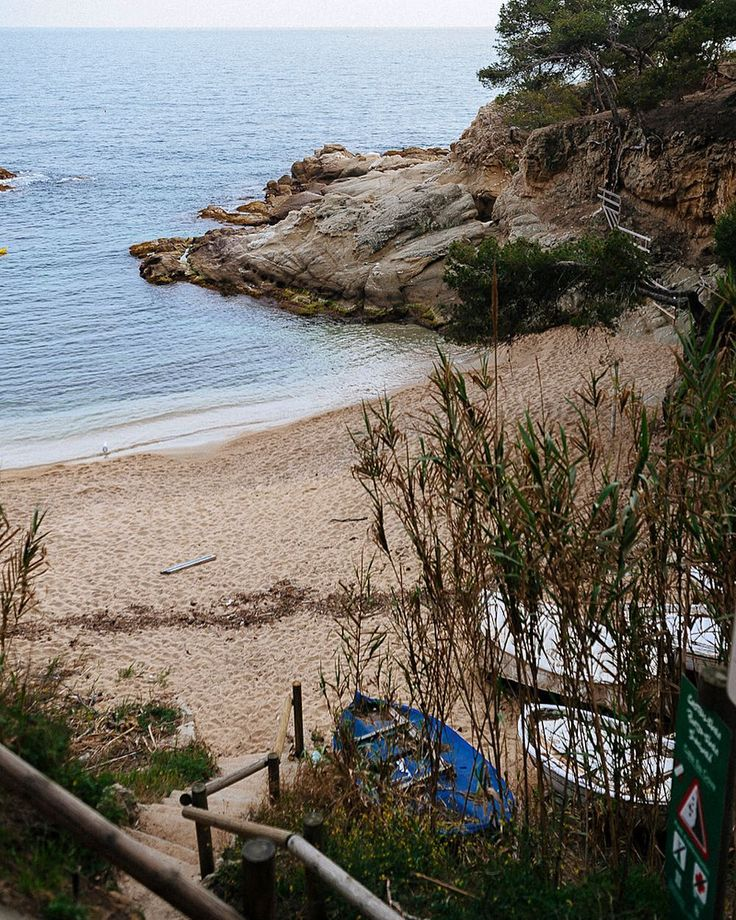Я решила - раз уж тут у меня только фото с камеры рабочие то почему бы не достать те немногочисленные фото из поездок с камеры что у меня есть чтобы немного разбавить ленту :) #latergram #travelwithkgo #platjadaro #beach #boats