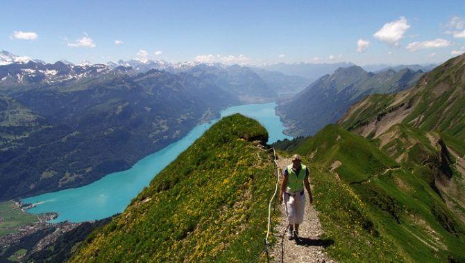 Schöne Wanderwege in der Schweiz - zum Beispiel die Höhenwanderung vom Brienzer Rothorn über den Arnihaaggen erlaubt bei gutem Wetter eine spektakuläre Rundsicht auf die anliegenden Berge samt dem Brienzersee. Tolle Wandertour mit guter Aussicht.