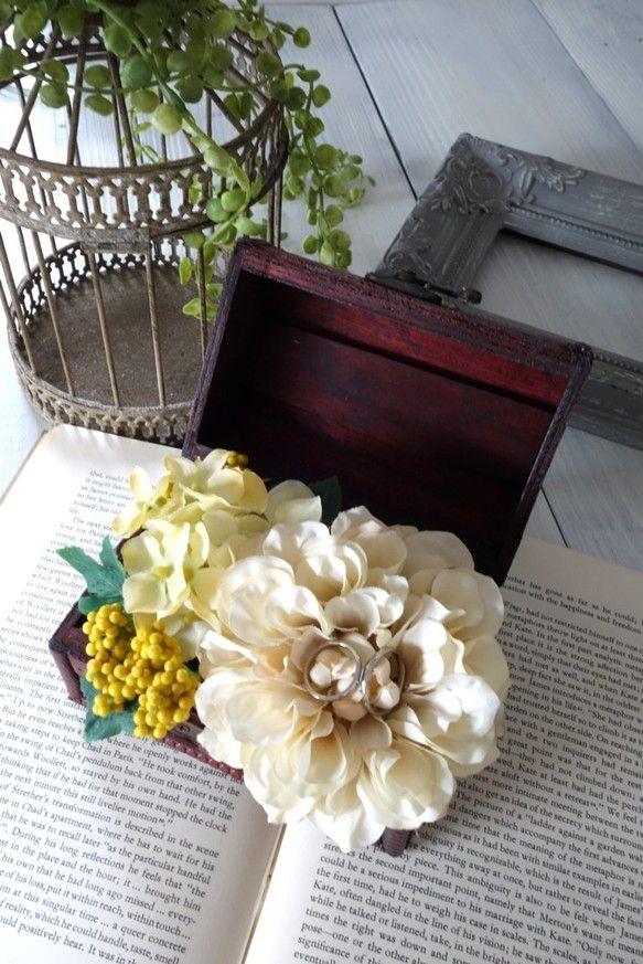 「幸せを永遠に閉じ込める」―アンティーク調宝箱のリングピロー珍しいボックス型のリングピローでゲストの目を引きます。 レトロな雰囲気が漂う木製の宝箱の中に花が...|ハンドメイド、手作り、手仕事品の通販・販売・購入ならCreema。
