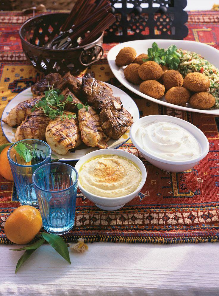 Recette du chef Ricardo. Une recette d'hummus. Avec des pois chiches, de l'ail, du tahini, du jus de citron. Une recette de tartinade libanaise rapide à préparer.