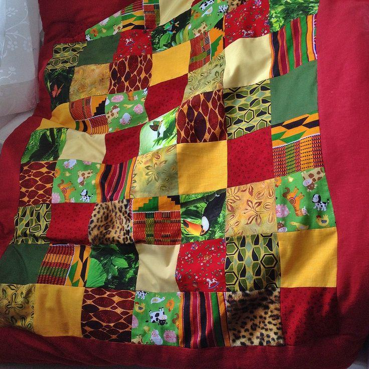 Mitt lapptäcke sytt till mitt första barnbarn. Valde tyger i Ghanas flaggas färger, blandade afrikanska tyger med svenska. Några stuvbitar av tyget jag sydde klänning av till min dotter för drygt 25 år sedan... osv. Mixa och matcha och fick till detta färgglada lapptäcke.