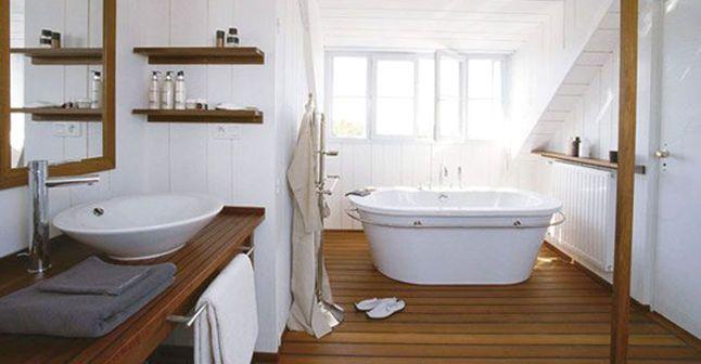 Salle de bains : quelle alternative au carrelage mural ? PVC, lambris, ardoise...