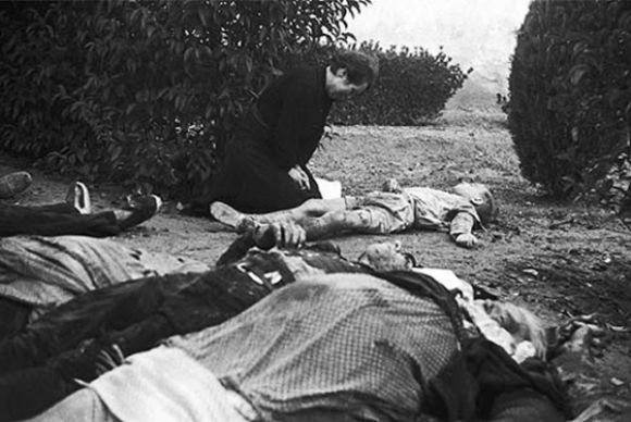Bombardeos de Lérida, noviembre 1937. So sad! Spanish Civil War. Mother and dead child.