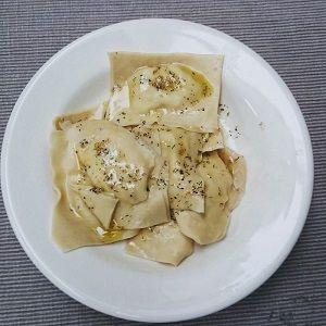 Een recept voor ravioli gevuld met gerookte zalm, ricotta, citroen, bieslook en dille, geserveerd met een botersausje. Bekijk de bereidingswijze van dit gerecht.