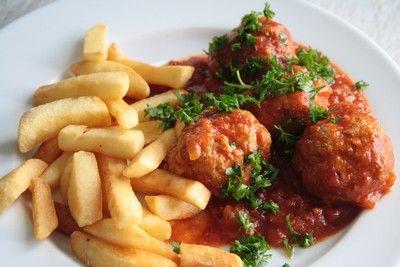 Ingrediënten voor balletjes in tomatensaus:  Saus: 1 ui per persoon boter1 klein potje geconcentreerde tomatenpuree 1 blik gepelde tomaten 1 brik vloeibaar tomaten concentraat tijm – laurier 1 …