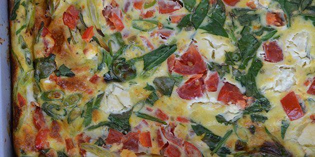 Simpelt, sundt og skønt. En fantastisk æggekage bagt i ovnen med masser af grøntsager og cremet feta.