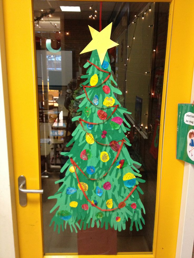 De kinderen knippen hun handomtrek uit op groen papier, deze plak je in de vorm van een kerstboom. Laat de kinderen versieringen maken.