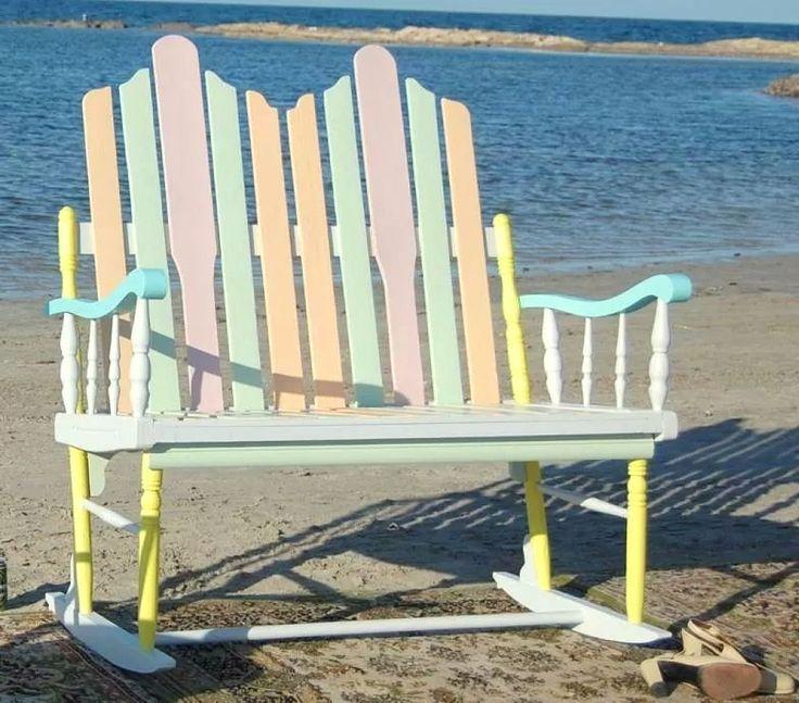 Mecedora MCT conmigo ~ 100% hecha con elementos de reciclaje: madera de palets, brazo de un sofá desechado y patas de sillas.                                                                                                                                                                                 Más