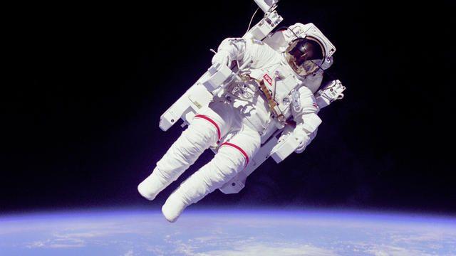 Het Amerikaanse leger traint voor oorlog in de ruimte  Ergens ver weg in de Rocky Mountains traint de Verenigde Staten twee elite eenheden bij gevechten in de ruimte ook voor dreiging vanuit de ruimte.  De26e en 527e Space Agressor Squadrons (SAS) hebben als taak om ons of in ieder geval de VS te verdedigen in de ruimte. Daarvoor ontwikkelen de eenheden strategieën die onze belangen in de luchtkunnen bewaken. Daarbij wordt gekeken naar dreiging vanaf aarde maar ook van buitenaardse…