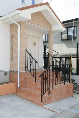 完成現場:のりちゃん通信8:So-netブログ ポーチ階段にはテラコッタタイルを敷き、手すりにはオシャレなアルミ鋳物を使いました。