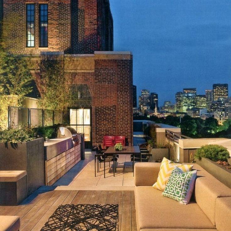 mobili da esterno in stile moderno e un terrazzo grande