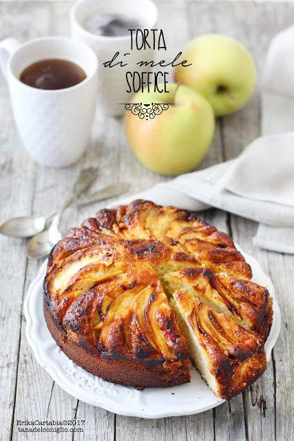La torta di mele soffice è un dolce semplice, ricco di mele, morbido, impalpabile, che profuma di autunno. Finalmente è arrivata la stagione delle mele e, con essa, tutti quei soffici dolci pieni di f