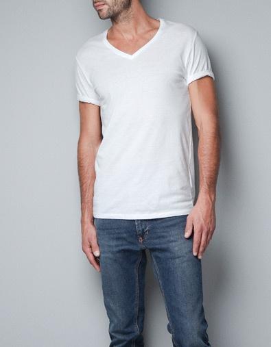 El hombre llevan una camiseta blanca. la camiseta es muy imformal y normal. la camiseta no cuesta mucho, pero es bueno. la camiseta no es especial, pero es especial para mi y es bonita
