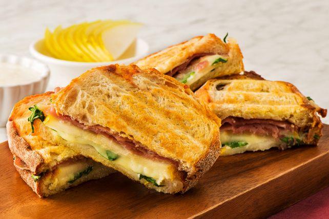 Mordez dans ce délicieux sandwich grillé à point: d'inspiration italienne, il est généreusement garni de tranches de poire, d'une vinaigrette au fromage bleu et de prosciutto. Régalez-vous!