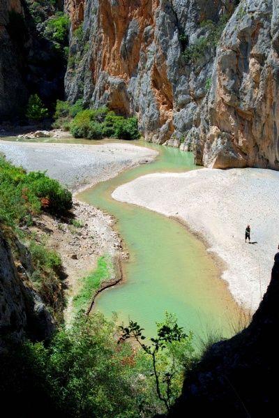 İncesu kanyonu/Ortaköy/Çorum/// Özellikle tek giriş ve çıkışı bulunan İncesu Kanyonu,12.5 km uzunluğundadır.Genişlik 40-60 metre arasında değişmektedir.Kanyonun her iki yamacı sarp kayalık olup,yer yer ormanlık alanlara rastlamak mümkündür. Kanyon rafting ve trekking sporları için uygun özellikler taşımaktadır.