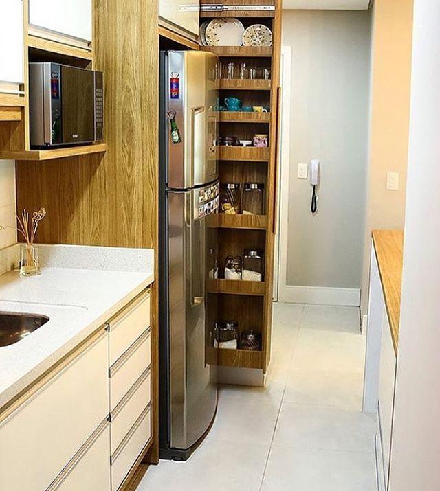[Aproveitando Espaços] Cozinha pequena? Invista em armários funcionais, esse é uma ótima opção por exemplo, deixa tudo organizado, fica na lateral da geladeira e super útil, ideal para potes, temperos, copos e etc 👍🏼