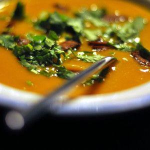 Dýňová polévka. Kluci v akci ji vaří s bylinkami, slunečnicovými semínky i řeřichou
