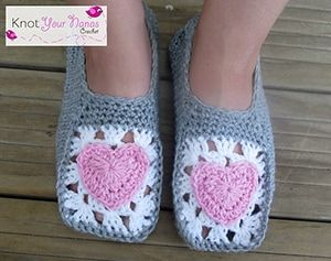 Cosy Crochet Slippers by @KYNC2010 | via I Heart Hands & Feet - A LOVE Round Up by @beckastreasures | #crochet #pattern #hearts #kisses #valentines #love