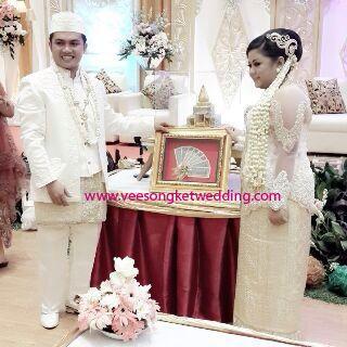 Pengantin mengenakan Songket Palembang Lepus warna dasar broken white benang kristal gold - For Paket Pengantin : Tlp/SMS/WA : 081294422133
