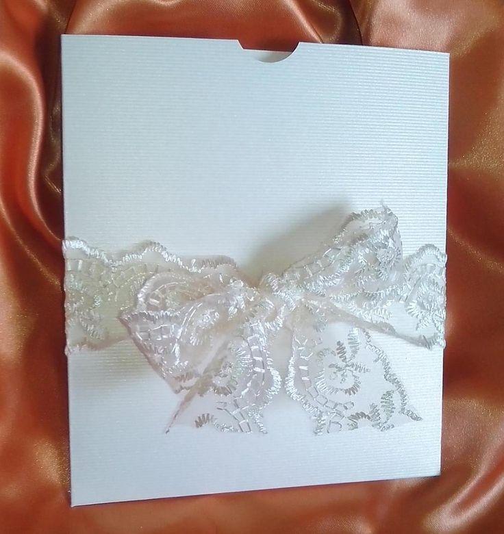 """Invitatie de nunta 'Elegance"""", ideala pentru nuntile cu tematica vintage. Plicul este realizat dintr-un carton sidefat cu striatii, iar textul este imprimat pe un carton sidefat ivoire. Invitatia e..."""