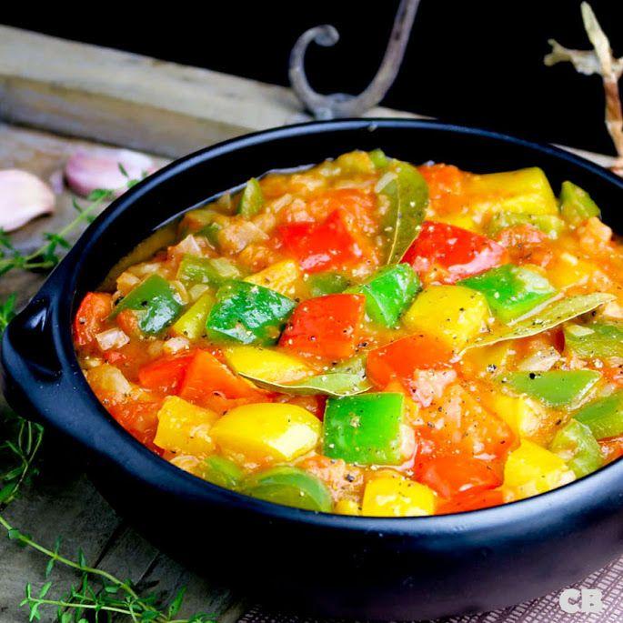 Deze sappige peperonata, een Italiaanse stoofpot van kleurrijke paprika's en zoete tomaten, maakt je zomerbarbecue compleet!