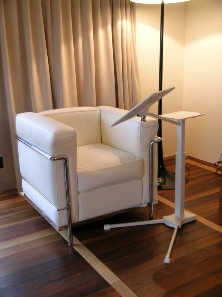 Lounge-book white with Le corbusier armchair on the HVLT suites