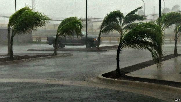 El huracán Patricia tocó tierra entre las 17:40 y las 18:00 hora local (22:40-23:00 GMT) Lo hizo en los alrededores de playa Pérula, en Jalisco. Llegó como tormenta categoría 5, la mayor en la escala Saffir-Simpson Horas antes alcanzó vientos máximos sostenidos de hasta 325 km/h El huracán más fuerte jamás registrado en el hemisferio…