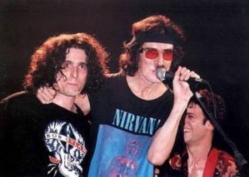 En 1984 y sin haberse publicado aún el tercer álbum de estudio de Los Abuelos de la Nada, lanza su primer disco en solitario, Hotel Calamaro, producido por Charly García. Al mismo tiempo, abandona su acompañamiento en la banda soporte de García debido a sus compromisos con Los Abuelos de la Nada (su puesto en dicha banda se ocuparía en esos días por el rosarino Fito Páez). En 1984 saldría a la venta el último disco de estudio firmado por Andrés Calamaro con Los Abuelos de la Nada, Himno de…