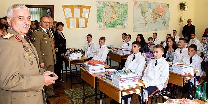 """UN NOU AN DE ÎNVĂŢĂMÂNT LA CÂMPULUNG MOLDOVENESC • Luni, 14 septembrie, elevii Colegiului Naţional Militar """"Ştefan cel Mare"""" au retrăit emoţia începutului de an şcolar, au pornit pe un nou drum, plin de experienţe interesante, examene, teste şi olimpiade"""