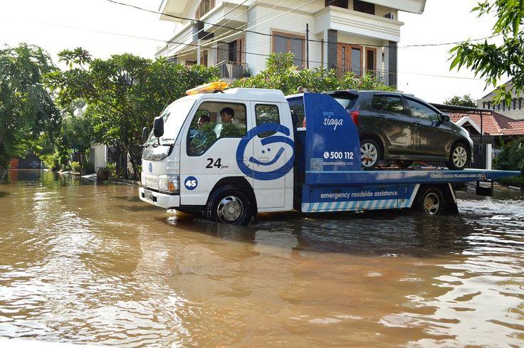 Tanggap Banjir, Garda Oto Derek Mobil Pelanggan