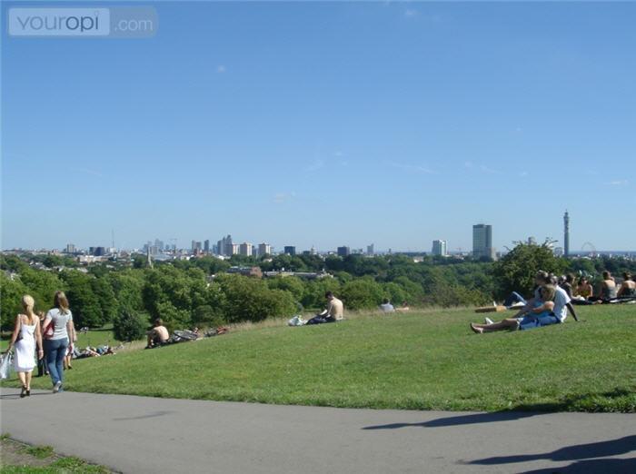 Met mooi weer kun je in de wijk Primrose de Primrose Hill beklimmen voor een picnic met subliem uitzicht over Londen!