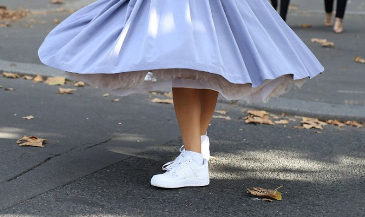 Witte sneakers zijn de zomerschoen van de afgelopen jaren. Ze staan bij bijna iedere outfit goed. Of je nu een zomerjurkje draagt of een jeans, witte sneakers staan lekker zomers en lopen heerlijk. Maar ze worden zo snel vies! Het is enorm balen wanneer je plotseling zwarte vegen aan de zijkant van een witte schoenen …