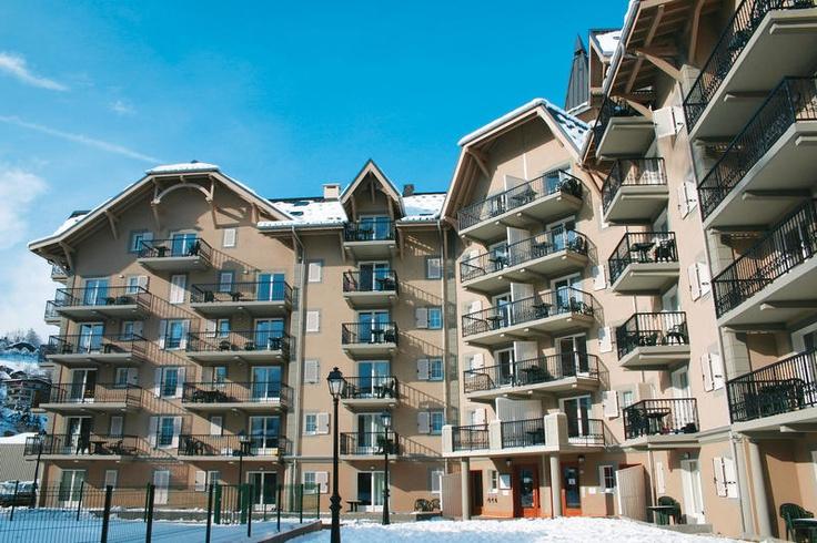 Madame Vacances Le Grand Panorama biedt 91 comfortabele en goed uitgeruste appartementen. De accommodatie ligt uitstekend aan de voet van de skiliften. In no time bevind je je midden in het uitgestrekte skigebied van #SaintGervais. In de lounge aan de receptie van Le Grand Panorama kun je gratis gebruik maken van de wifi. Er staat ook een biljart en een drankautomaat. Tegen betaling worden broodjes aan huis geleverd. Er zijn gratis openluchtparkeerplaatsen.  Officiële categorie ****