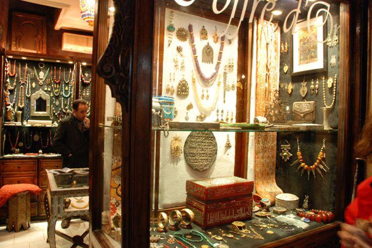 Coffre D´Or es una de las tiendas de antigüedades más interesantes de Marrakech.  Situada en el zoco Semmarine, la calle principal de los zocos, en la medina, esta tienda tiene una excelente selección de joyas tuareg y bereber. Se puede pagar con tarjeta y el servicio es excelente.   Hablan español.