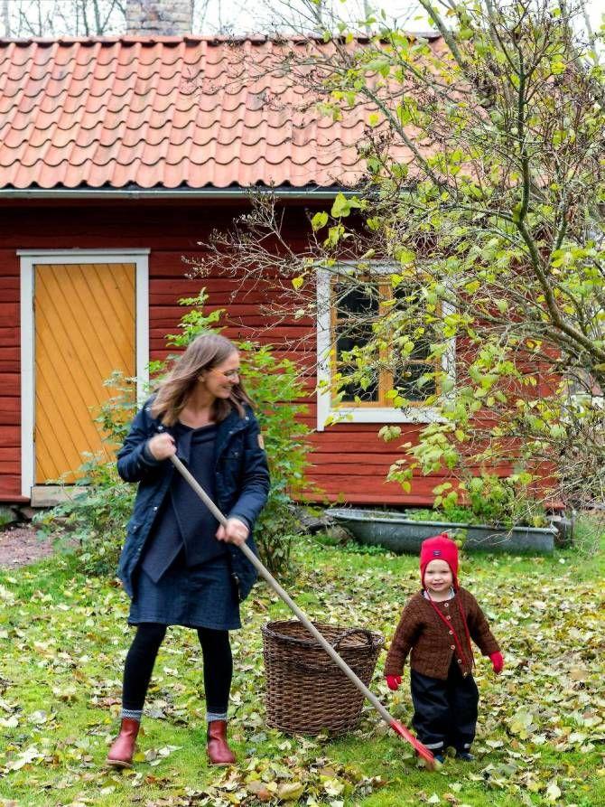 Strax utanför uppländska Alunda, i den lilla byn Bollungen, bor Christofer Urby och Karin Marnefeldt med dottern Greta. Familjens faluröda hus är byggt 1890 och hörde från början till en större gård som styckades av i mitten av 1900-talet. Man får känslan av att tiden stått still och det är inte svårt att föreställa sig hur livet var här för hundra år sedan.