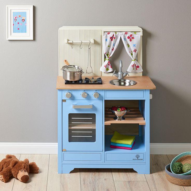MUSTERKIND® Spielküche Lavandula - creme/blau. Eine Küche der besonderen Art - das Fenster mit niedlichem Vorhang, die profilierte Rückwand und das liebevoll gestaltete Dekor spiegeln den typischen Landhauscharakter dieser hochwertigen Küche wider und laden jedes Kind zum gemeinsamen Kochen und Spielen ein. #musterkind #holzspielzeug #kinderzimmer #spielkueche #kinderkueche