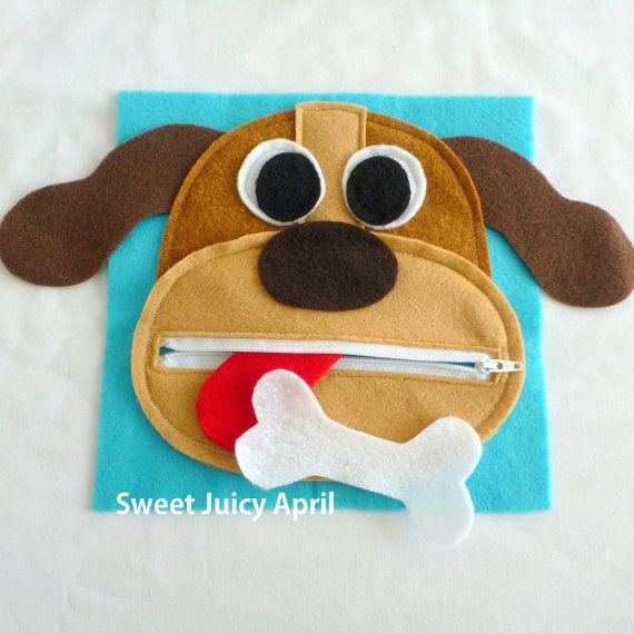 Page de bouche chien fermeture à glissière.  Visage de chien avec bouche de fermeture à glissière. Langue est cousue à lintérieur de la bouche (non démontable, mais peut être roulé/plié vers le haut pour fermer la fermeture éclair). OS de chien peut sortir et être zippée à lintérieur.  Les oreilles du chien sétendent au-delà de la page, afin quils collent à lextérieur de louvrage.  Peut être fait dans nimporte quel schéma de couleurs.  Toutes les pages sont en feutre et mesurent 8 x 8.  ...