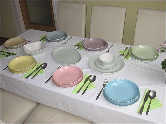 Lilienporzellan Daisy - gedeckter Tisch mit Fleisch-und Suppentellern in allen 6 bzw. 7 Farben, guter Zustand