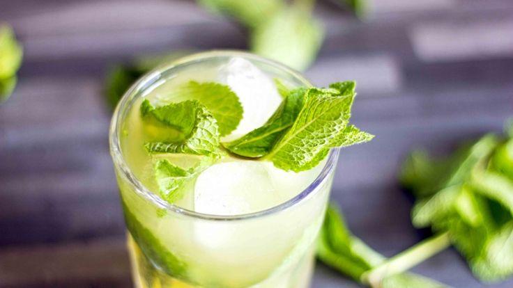 Mojito al limoncello. Cocktail dissetante con menta e succo di lime. Ricetta top