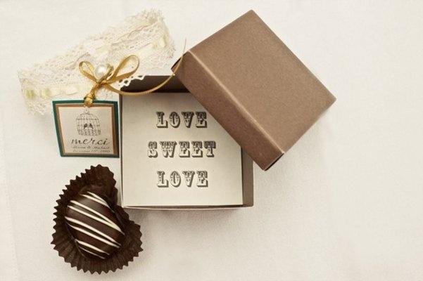 A sweet chocolate wedding favour #wedding #bride #groom #bonbonnaire #favour #chocolate #sweets #lollies #candystation #Melbourne #gardens www.thepavilionfitzroygardens.com.au