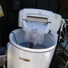 Old washing machine Now water fountain La recuerdo menos moderna pero en general era así, con el escurridor y todo. El tambor giraba en el sentido de las agujas del reloj y luego al revés.
